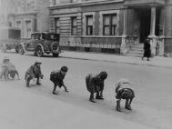 Fotos-viejas-de-niños-jugando-sin-Internet-ni-consolas-9