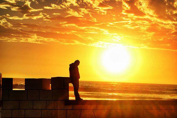 La_melancolía_de_un_señor_acariciado_por_el_sol_de_la_tarde,_La_Serena_Chile